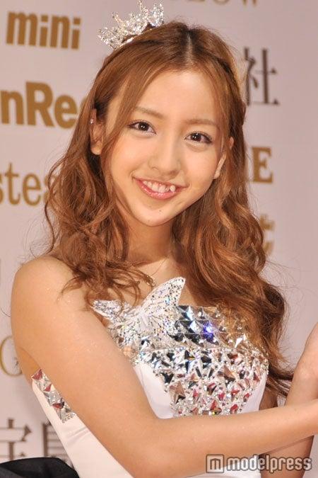 「日本ファッションリーダーアワード2011」を受賞したAKB48板野友美