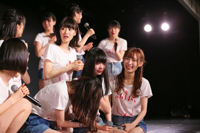 泣き崩れる荻野由佳/NGT48劇場の様子(C)AKS