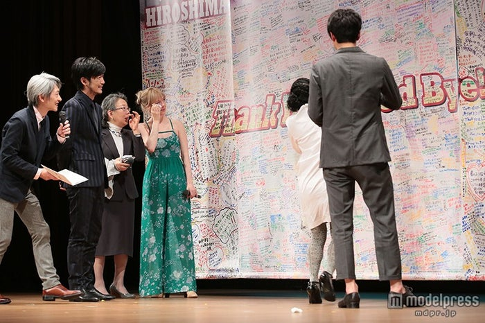 涙を拭うシャーロット(C)NHK
