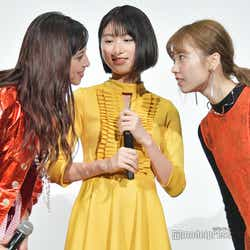 何やら会議を始めた女子メンバー(左から)中条あやみ、池間夏海、島崎遥香(C)モデルプレス