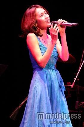 25周年記念ライブで熱唱する工藤静香