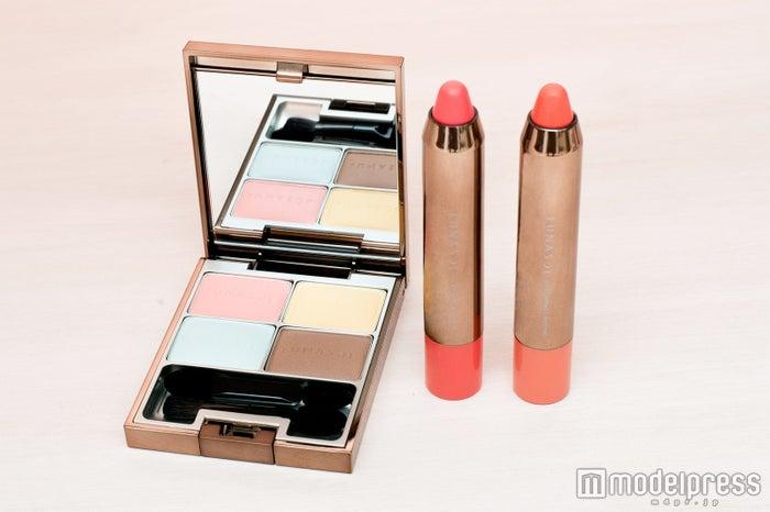 ルナソル マカロングロウアイズEX01 Milky(限定色)、ルナソル カラーリングクレヨン01 Berry Pink・02 Natural Orange(C)モデルプレス