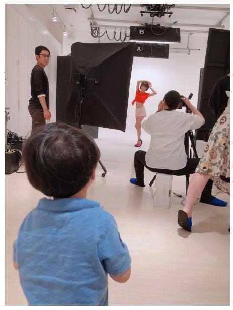 撮影中の釈由美子とそれを見つめる息子/釈由美子オフィシャルブログ(Ameba)より