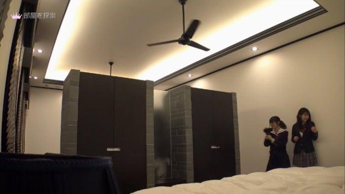 ラグジュアリーな部屋に訪れる千尋&りおちょんペア「女子高生ミスコンFINALIST~ハレトキドキJK~」より(提供画像)
