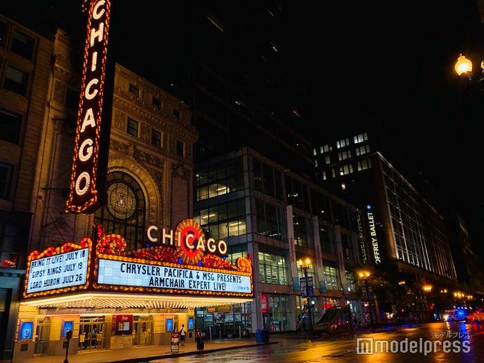 ビビッドな照明が夜の街に映える(C)モデルプレス