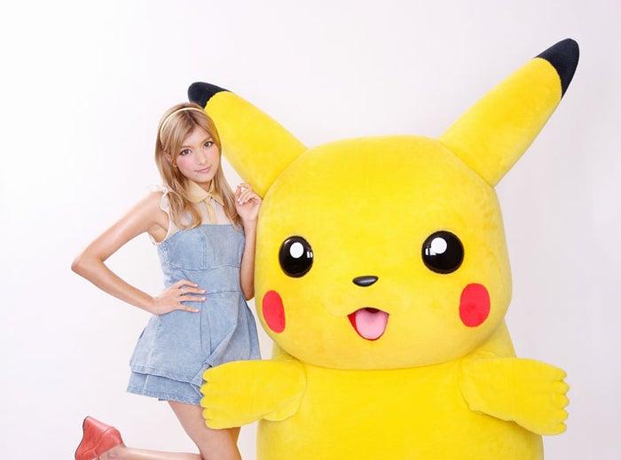 「劇場版ポケモン」の主題歌を担当するローラとピカチュウ (C)Nintendo・Creatures・GAME FREAK・TV Tokyo・ShoPro・JR Kikaku (C)Pokemon (C)2012ピカチュウプロジェクト