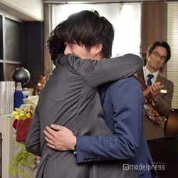 吉田鋼太郎と田中圭の抱擁を、微笑みながら見守る眞島秀和。(C)モデルプレス