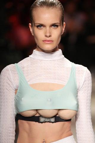 """""""乳房が3つ""""モデルが登場 渡辺直美も出演の斬新ファッションステージに注目集まる"""