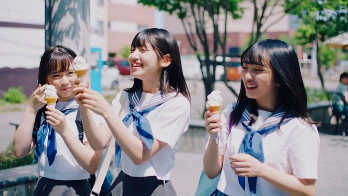 倉野尾成美、村山彩希、向井地美音 2013年(恋チュンブーム)AKB48「サステナブル」MV(C)AKS/キングレコード