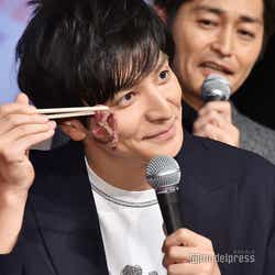 肉ケーキを片手に笑みを見せる生田斗真 (C)モデルプレス