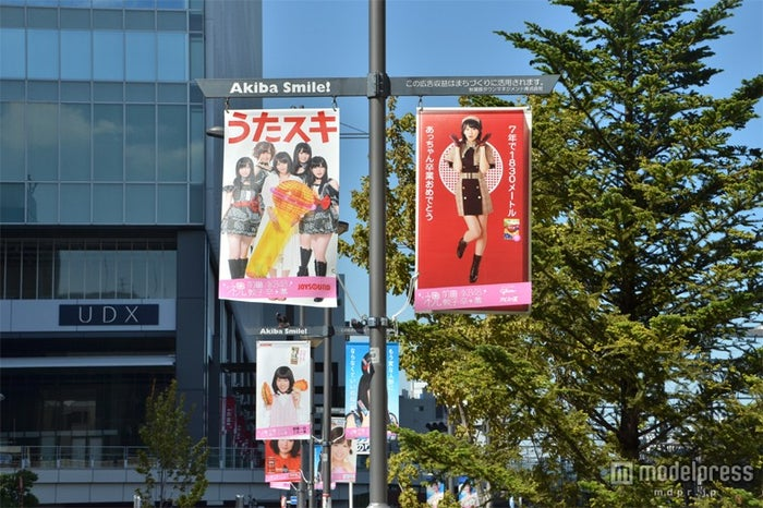JR秋葉原駅構内、駅前は前田のポスター一色