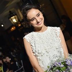 石田ニコル、純白ウェディングドレスで女神の笑顔 結婚式に思い馳せる