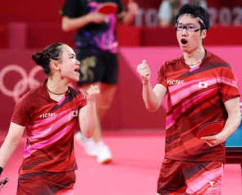 水谷隼&伊藤美誠の「素敵すぎるシーン」 金メダルをお互いに...表彰式での感動ショット
