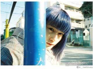"""橋本愛、""""ピンク髪""""から""""青髪""""に変貌「女神降臨」「美しすぎ」と話題に"""