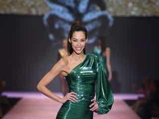 日本人初抜てきの人気モデル、圧巻美脚で世界を魅了<エミ レナータ>