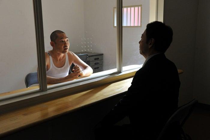 今野浩喜、板尾創路/『僕たちがやりました』第4話より(C)関西テレビ