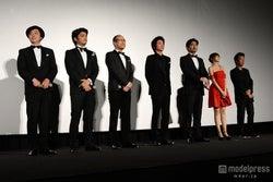 (左から)岡安章介、川村陽介、田中要次、藤原竜也、小澤征悦、佐野ひなこ、山本透監督