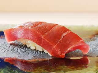 京を代表する「鮨店」の予感…! 名割烹『祇園 さゝ木』で腕を磨いた、若き天才による『鮨 楽味』