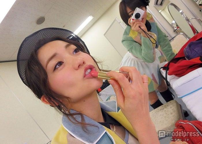 卒業した大島優子も登場/「AKB48 友撮 FINAL THE WHITE ALBUM」の誌面カット