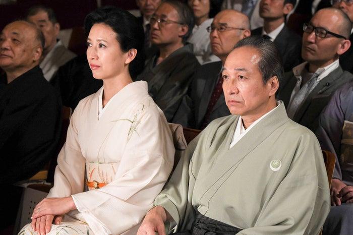戸田菜穂、小日向文世/「高嶺の花」第2話より(C)日本テレビ