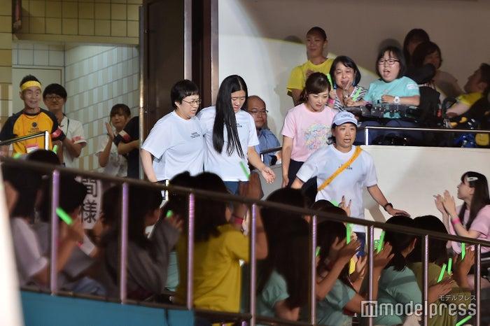 「24時間駅伝」ゴール直前(左から)近藤春菜、よしこ、水卜麻美アナ、いとうあさこ(C)モデルプレス