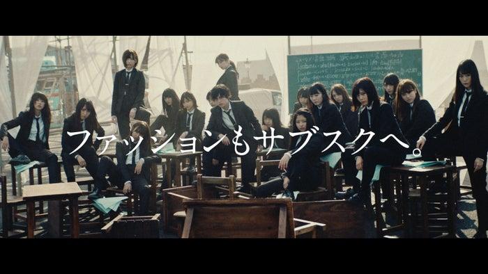 黒スーツ姿がカッコイイ/欅坂46が出演する新CMより(提供画像)