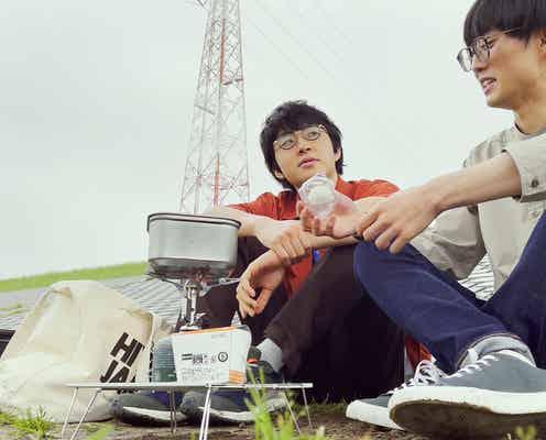 「チキンラーメン」CM、河川敷でラーメン食べるめがねの2人組は誰?