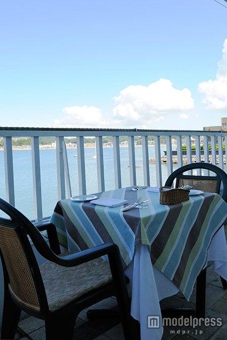 オーシャンビューのテラス席/画像提供:レストラン ラ・マーレ・ド・茶屋