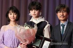 浜辺美波、平手友梨奈、月川翔監督(C)モデルプレス