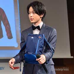 350円のリュックを前に抱える中村倫也 (C)モデルプレス