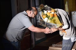 花束を受け取る吉沢亮(C)モデルプレス