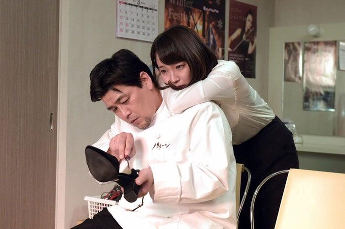 富澤たけし(サンドウィッチマン)、吉岡里帆/「カルテット」第9話より(C)TBS