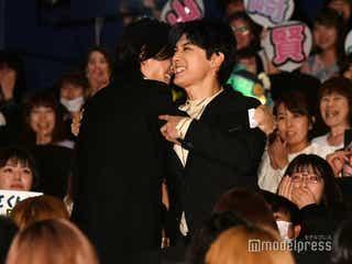 山崎賢人&吉沢亮、「キングダム」初日にがっちり抱擁!抱く夢も「全く一緒」