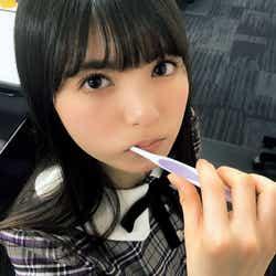 歯磨きをしながらカメラを見つめる齋藤飛鳥(撮影:大園桃子)/提供写真