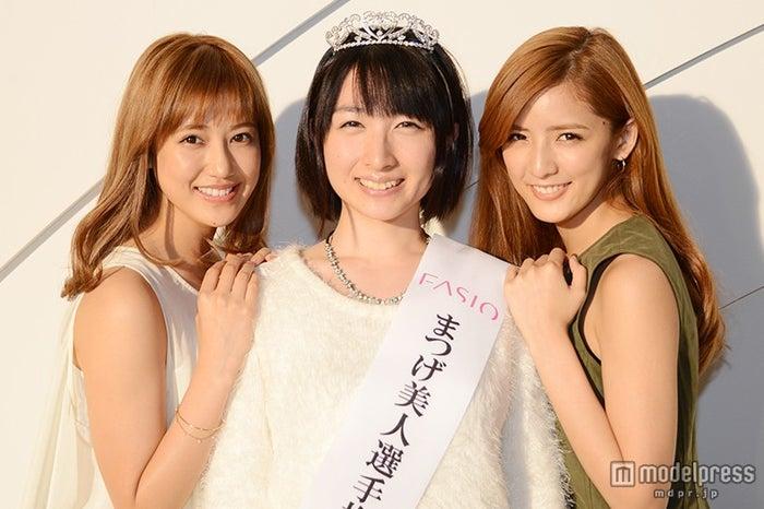 (左から)藤井夏恋、高井ひろえさん、藤井萩花