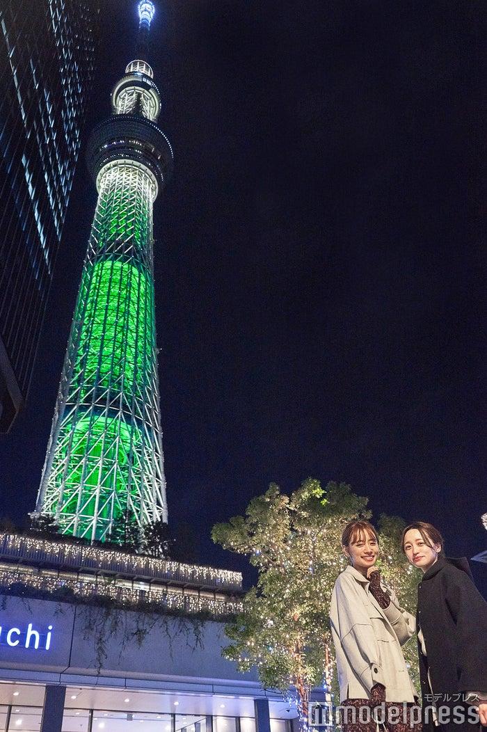 東京スカイツリークリスマス限定ライティング「シャンパンツリー」、(左から)赤埴奈津子さん、江本るり恵さん(C)モデルプレス