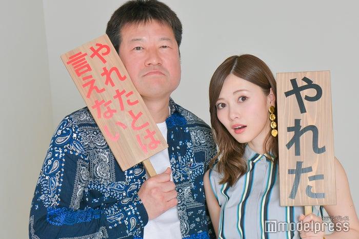 モデルプレスのインタビューに応じた佐藤二朗&白石麻衣(C)モデルプレス