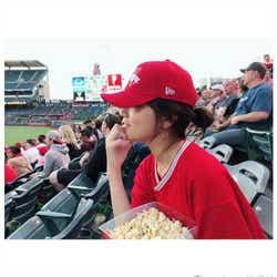 モデルプレス - 川口春奈「大谷選手に会いに来ました」フル装備でエンゼルス試合観戦