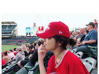 川口春奈「大谷選手に会いに来ました」フル装備でエンゼルス試合観戦