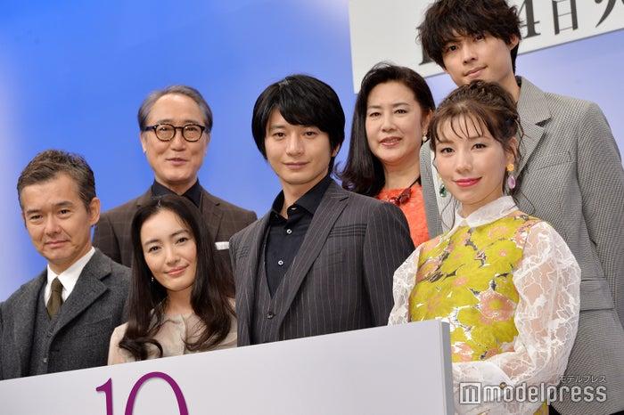 (前列左から)渡部篤郎、仲間由紀恵、向井理、仲里依紗(後列左から)佐野史郎、名取裕子、松村北斗(C)モデルプレス(C)モデルプレス