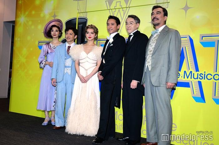 (左から)朝海ひかる、屋良朝幸、多部未華子、坂本昌行、益岡徹、浅野和之(C)モデルプレス