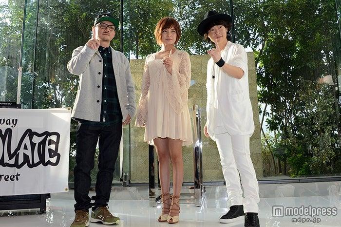 (左から)SPICY CHOCOLATEのKATSUYUKI a.k.a. DJ CONTROLER、宇野実彩子、ハジ→