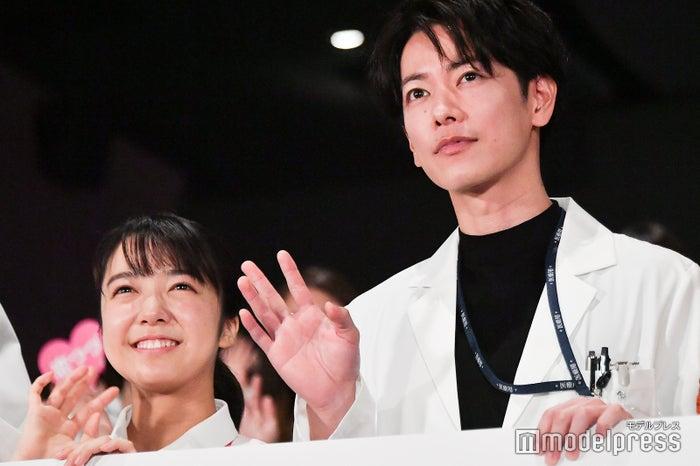 ドラマ「恋はつづくよどこまでも」出演中の上白石萌音、佐藤健 (C)モデルプレス