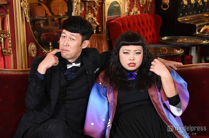 「芸能人は見た目が命!?」のMCを務めた小藪千豊と渡辺直美(C)TBS