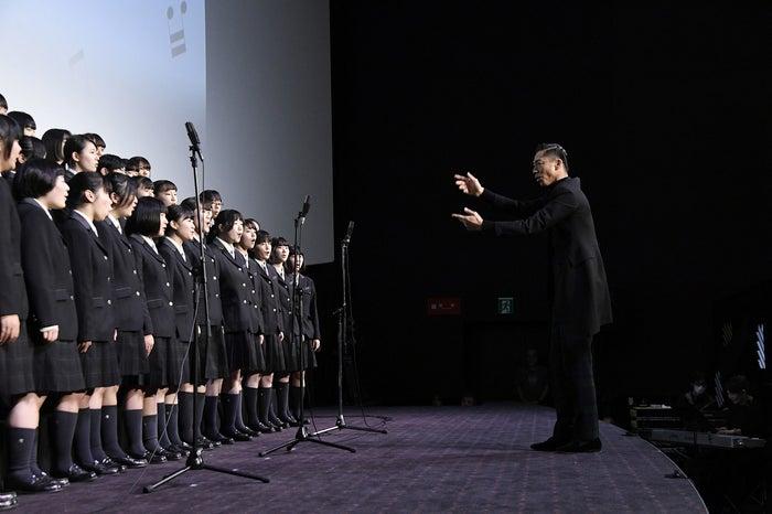 AKIRAが指揮に挑戦(C)2019映画「この道」製作委員会