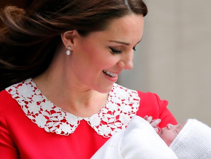 生まれたばかりの我が子を見つめるキャサリン妃/写真:getty images