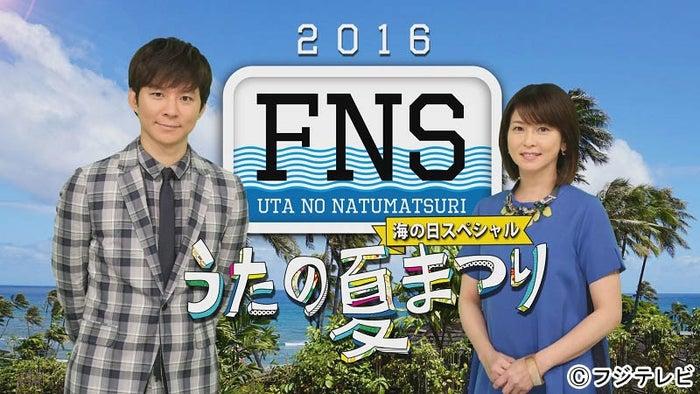 「FNSうたの夏まつり」で司会をつとめる(左から)渡部建と森高千里