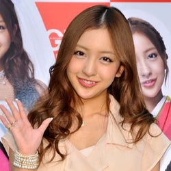AKB48板野友美、キュートに7変化 脱退メンバー2人にコメント
