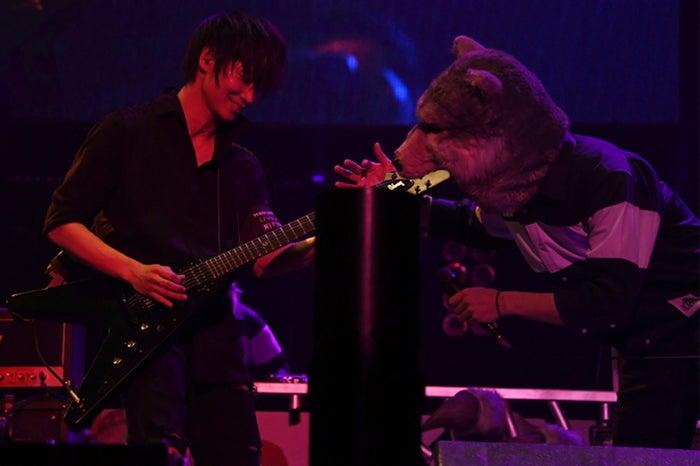 綾野剛&MAN WITH A MISSION(提供写真)