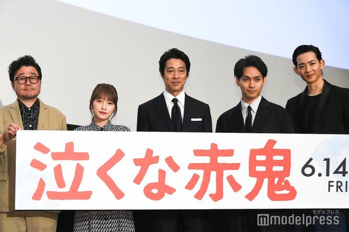 (左から)兼重淳監督、川栄李奈、堤真一、柳楽優弥、竜星涼 (C)モデルプレス